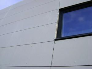 Habillage de façade en panneaux architecturaux.