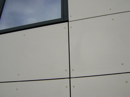 Isolation thermique par l'extérieur avec bardage et toiture terrasse